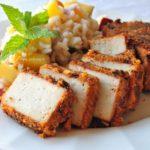 Tofu croccante marinato con riso alle pesche