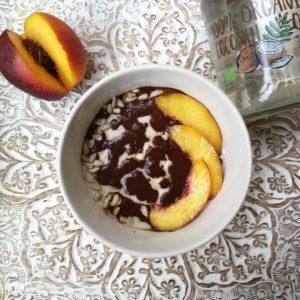 Crema al cacao vegan a base di cacao e olio di cocco su porridge alle pesche