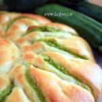 Fiore di pan brioche vegano salato ripieno di pesto verde