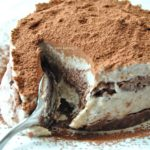 Il Tiramisù crudista: la ricetta di un dolce vegano, senza caffè e senza glutine.