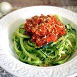 Spaghetti di zucchine cotti al ragù: ricetta vegana per un primo piatto estivo.