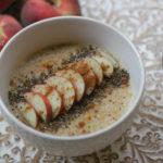 Porridge di grano saraceno in fiocchi con zucca, cannella e pesche: ricetta vegan senza glutine